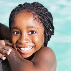 Kindje in het zwembad tijdens het Zwemlesproject Sport & Bewegen