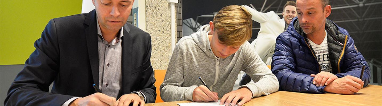 Vitesse-spelers tekenen schoolcontract bij Astrum College (Bron:Vitesse)